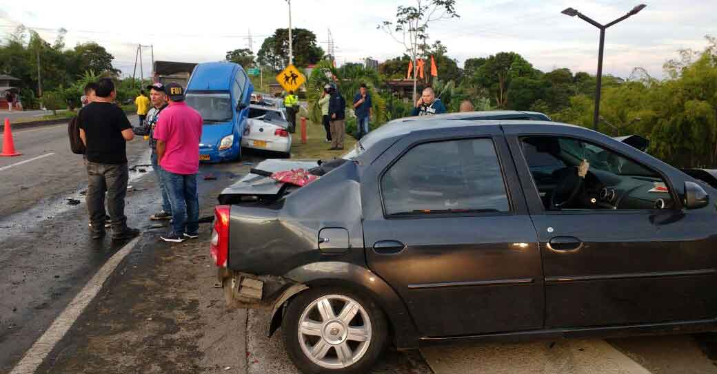 Ocho vehículos involucrados en colisión múltiple en la vía Pereira - Armenia