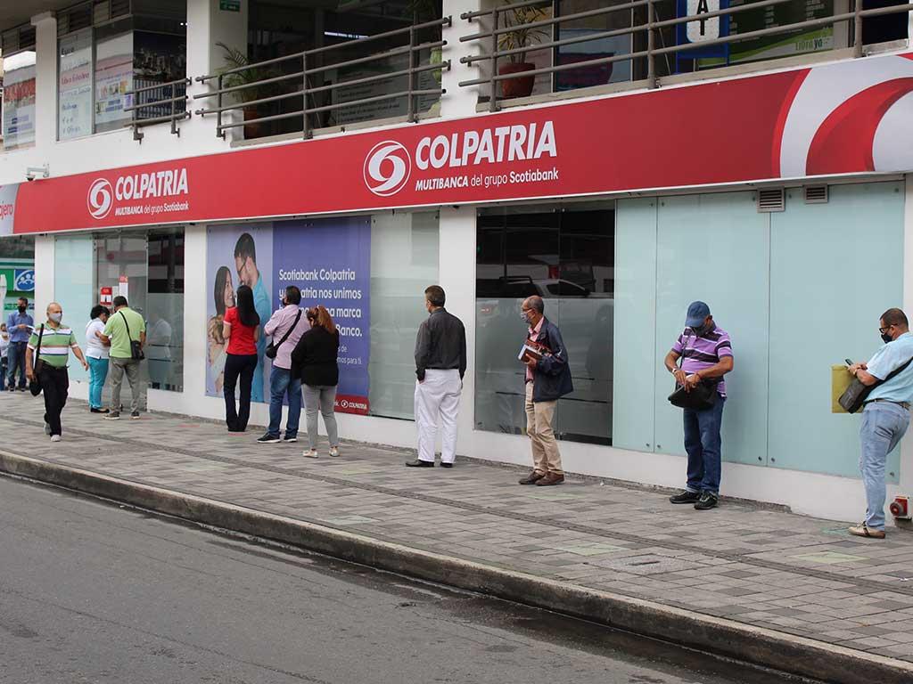 El viacrusis de hacer filas en los bancos en plena pandemia
