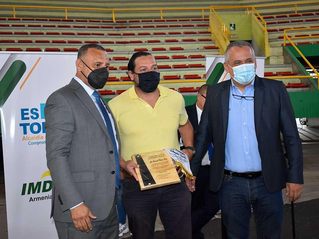 Dirigentes y seleccionadores del  fútbol cuyabro fueron condecorados