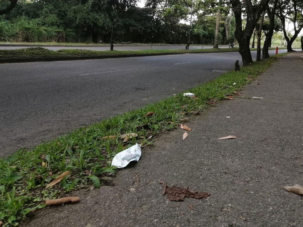 Tapabocas en las calles afean el  entorno y son un problema para la salud