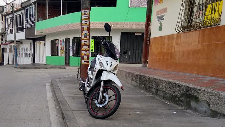 La mala costumbre de parquear  las motos en los andenes