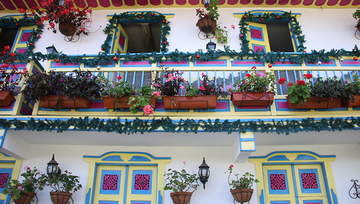 Balcones con puertas que parecen llevar al cielo en Salento