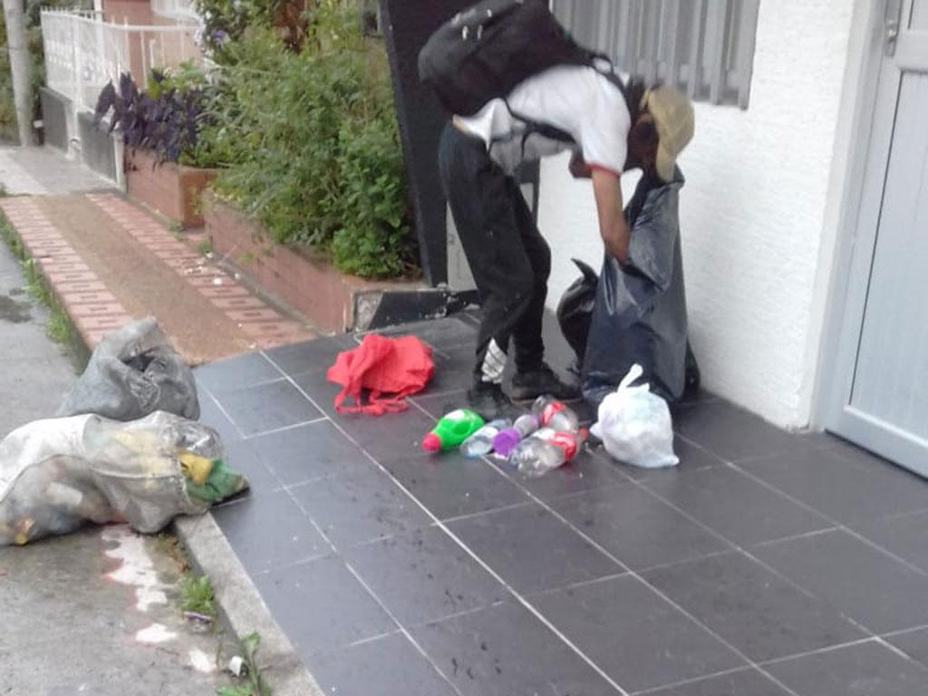 Recicladores que dañan el trabajo y los entornos con su desorden
