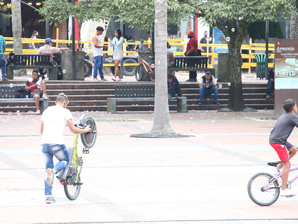 Con sus acrobacias, ciclistas 'intimidan' a los peatones en plena plaza Bolívar