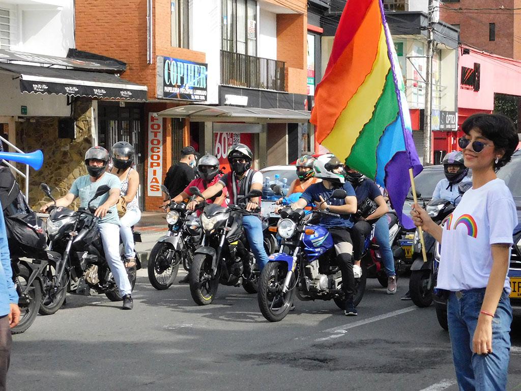 Una conmemoración de colores, por las calles de Armenia