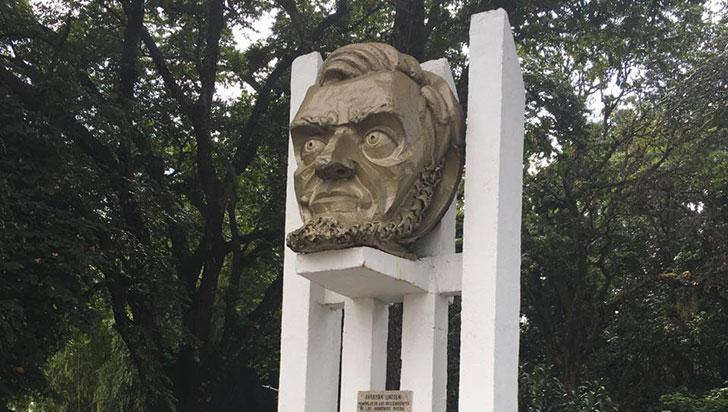 Monumentos, bustos y placas en Armenia que recuerdan la historia