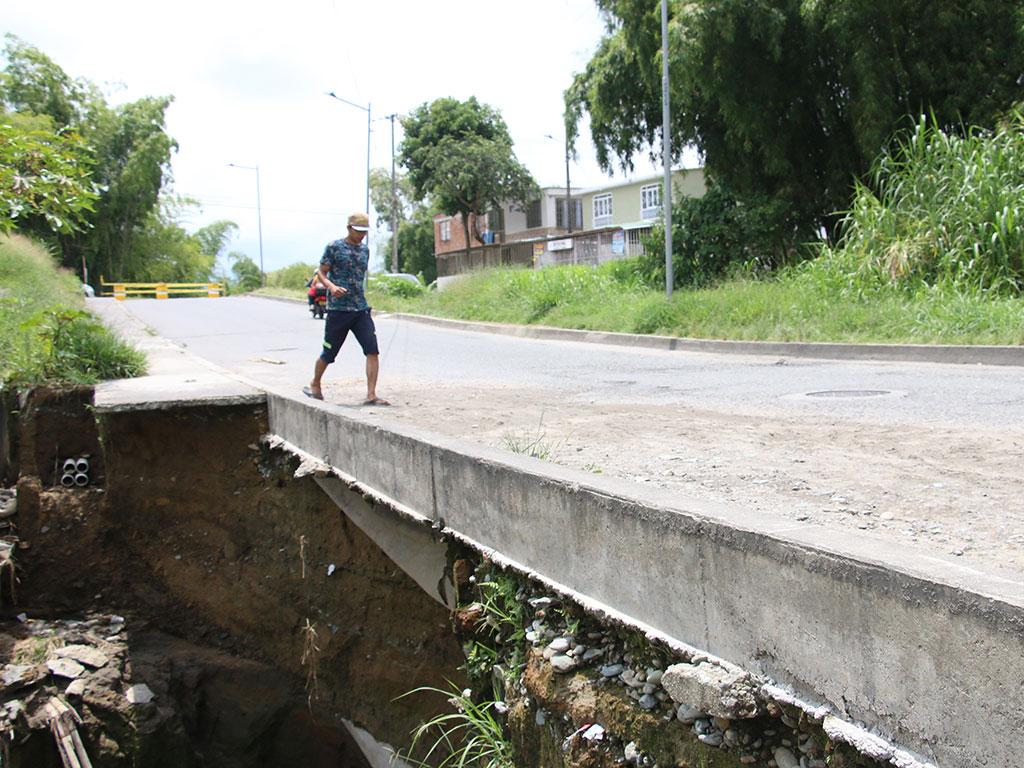 Ciudadanía se expone a derrumbe entre la glorieta Malibú y Portal de Pinares