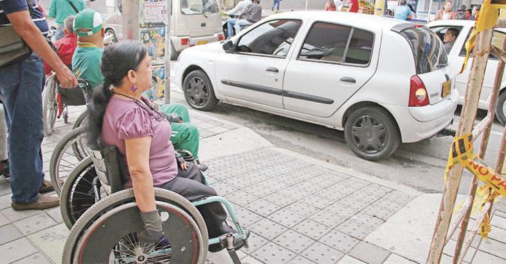 [En imágenes] Vehículos obstruyen paso de discapacitados en Armenia