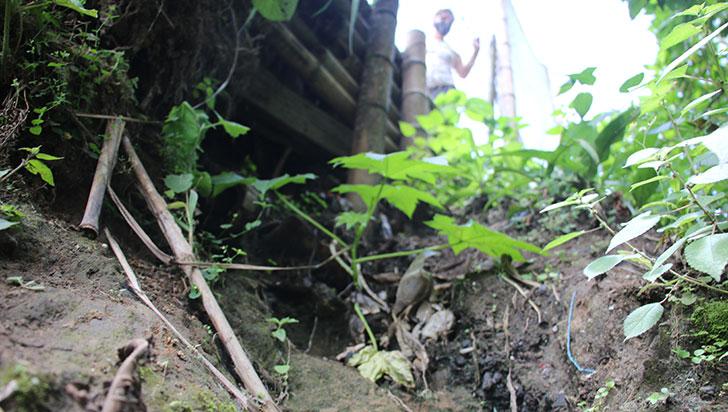 En La Linda, la cancha de fútbol se desmorona