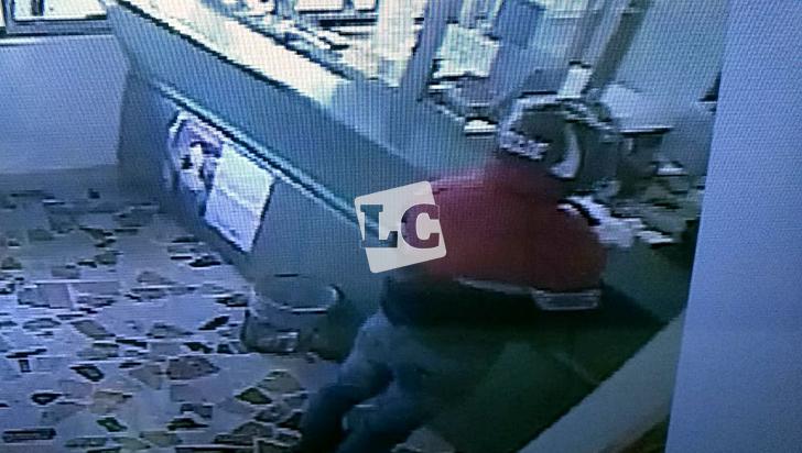 2 ladrones se llevaron $9.000.000 del banco Popular de Armenia