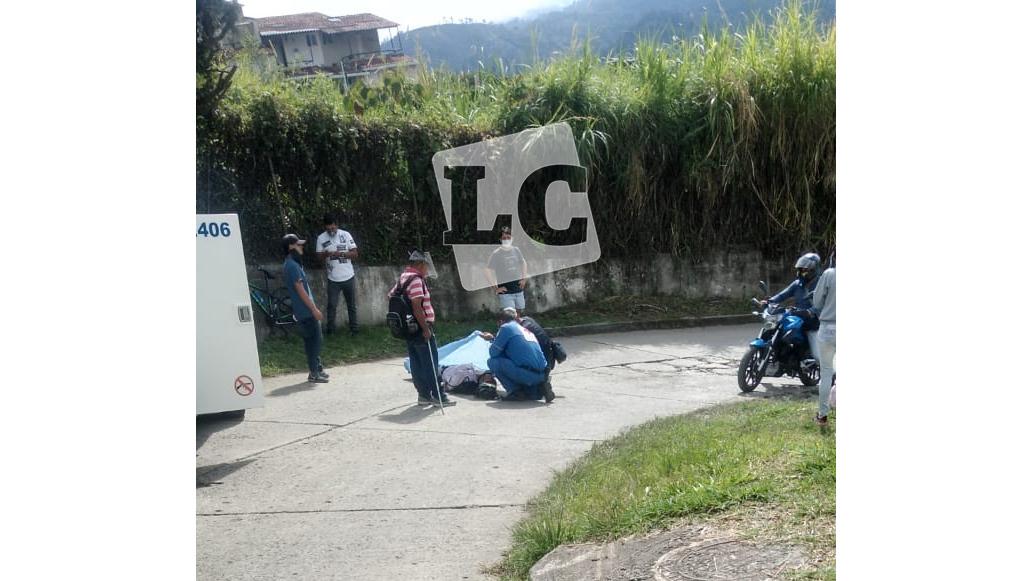 Ciclista murió tras colisionar con un muro en el barrio La Mariela
