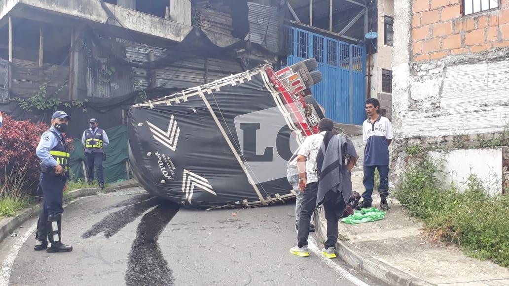 Volcamiento de camión en la calle 22 con carrera 12 de Armenia