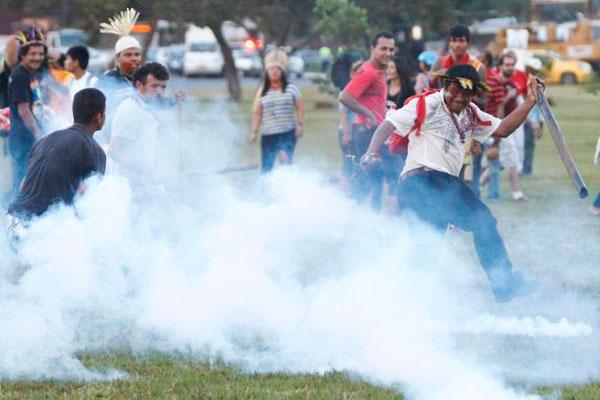 Indios vuelven a protestar en Brasilia y bloquean el Ministerio de Justicia