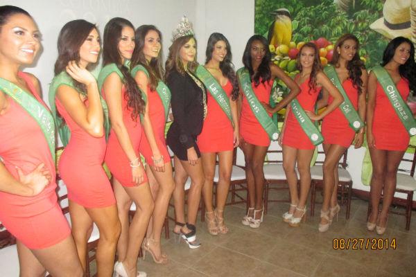 A las beldades les impusieron ayer las bandas que las reconocen como candidatas del certamen.