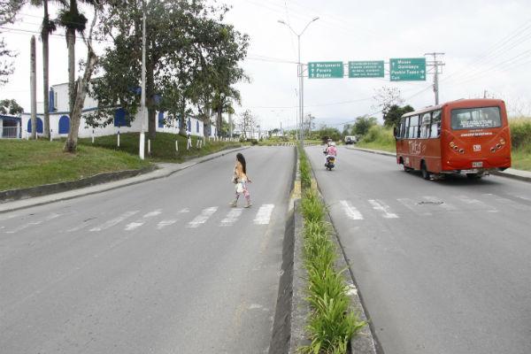 El primer resalto debe construirse en la vía sentido Armenia-Montenegro, en la salida del motel, antes del cruce peatonal; el otro al frente.