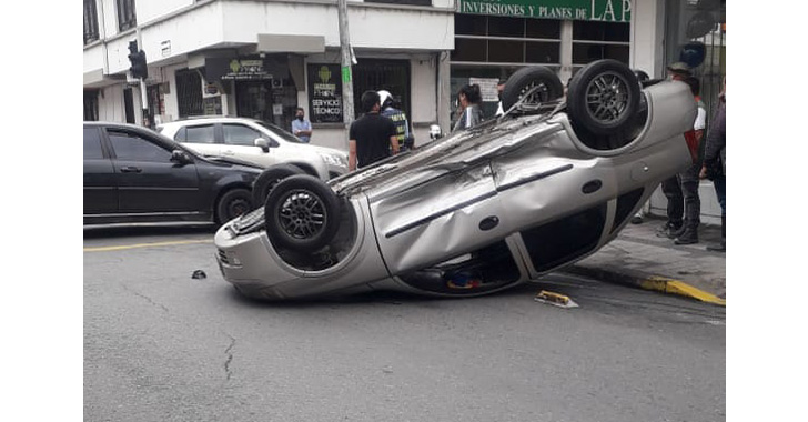 Choque entre ambulancia y vehículo particular en Armenia
