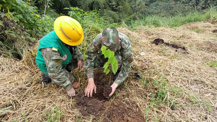 Hombres del Ejército Nacional lideran campañas de recuperación de ríos y quebradas