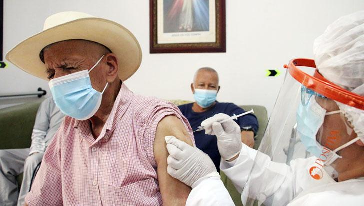 Adultos mayores de Circasia, felices y tranquilos tras haber sido vacunados contra la Covid-19