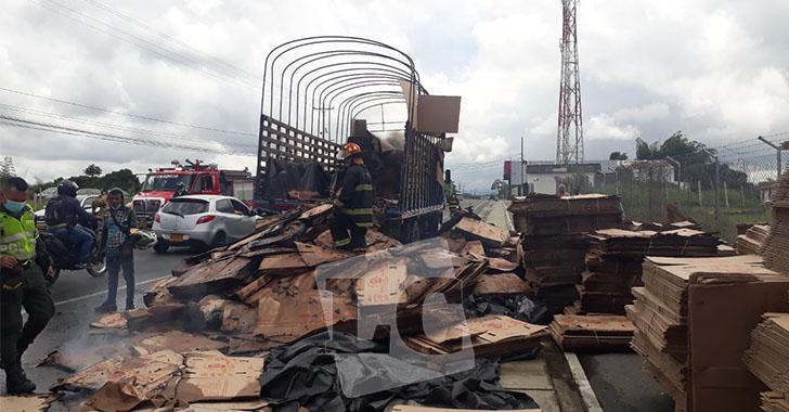 En la vía a La Tebaida, camión cargado estuvo a punto de incinerarse