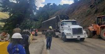 Habilitado paso a un carril en la  vía Cajamarca-Calarcá tras derrumbe