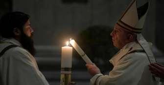 El papa pide mantener la esperanza durante esta pandemia en misa Sábado Santo