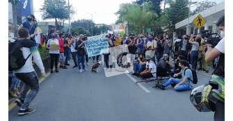 Manifestantes en inmediaciones al CAI Fundadores