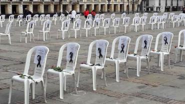 Sillas vacías recuerdan a personal sanitario muerto por pandemia en el país