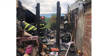 Una habitación destruida, saldo del incendio estructural en vía a la vereda San pedro