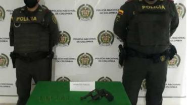 En La Fachada, sujetos  botaron un arma de fuego