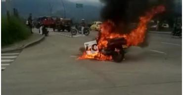 Motocicleta se incendió en Armenia