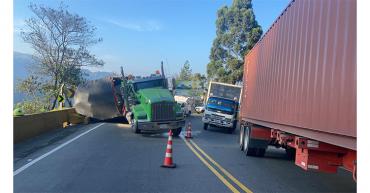 Levantaron camión volcado, pero La Línea se cerró