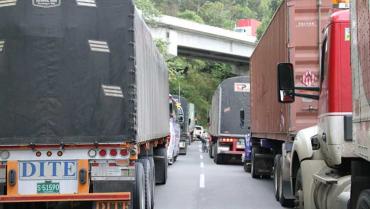Cierre a un carril por amenaza de derrumbe en La Línea