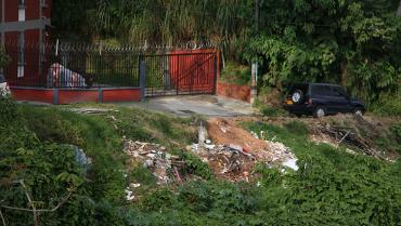 Escombros son arrojados a ríos, quebradas y guaduales