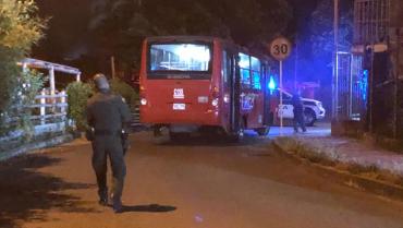 Pasajeros de un bus hirieron al conductor y asesinaron a su pareja