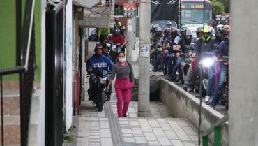 En la calle 50 los motociclistas van por los andenes y a los peatones les toca por la calle