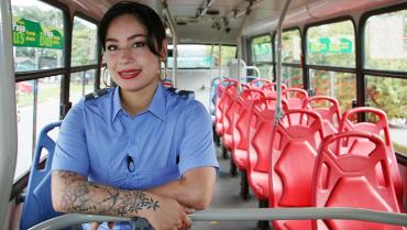 Leidy Acevedo, la primera mujer en conducir un bus de servicio público en Armenia