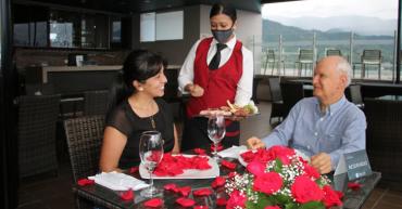 el-sky-bar-del-hotel-mocawa-plaza-una-gran-oferta-de-esparcimiento-diferente-en-la-que-se-toca-el-cielo-con-las-manos-en-armenia