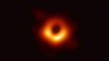 Detectan un agujero negro de masa intermedia con una lente gravitacional