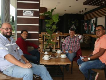 Reunión de trabajo al calor de un café