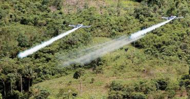Controversia por uso del glifosato en la lucha antidrogas vuelve a Colombia