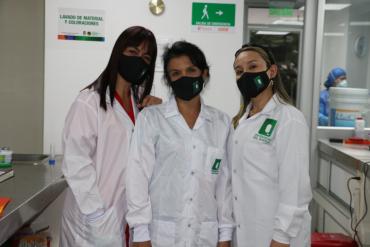 Las damas de hierro del Laboratorio de Biomédicas de la Uniquindío celebraron el Día de la bacterióloga