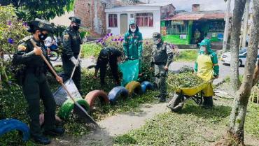 Policía realizó labores de ornato en el barrio La Unión