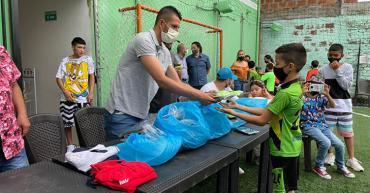Diego Martínez donó dotación deportiva a niños de La Tebaida