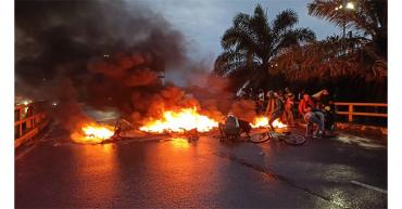 Un policía  herido durante manifestación en La Cejita