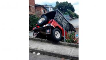 Vehículo de bomberos por poco genera una tragedia