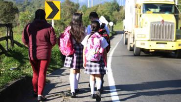 Niños arriesgan la vida en La Línea para llegar a la escuela
