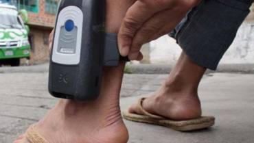 ¿Quién debe pagar el costo de los brazaletes electrónicos de vigilancia?