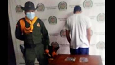 Menor de edad le llevó drogas a un detenido en el comando de Policía